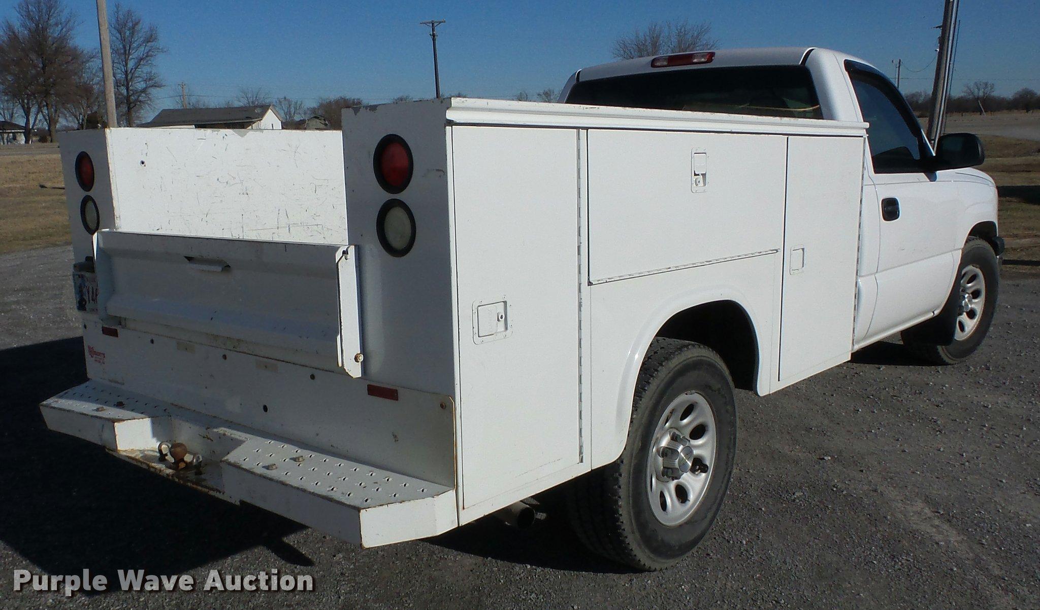 2005 Chevrolet Silverado 1500 utility bed pickup truck