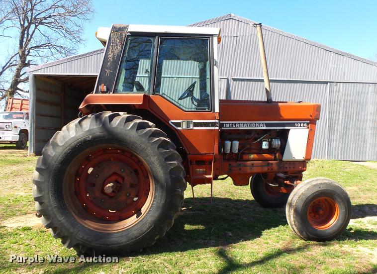 1976 International 1086 tractor | Item DA2575 | SOLD! April