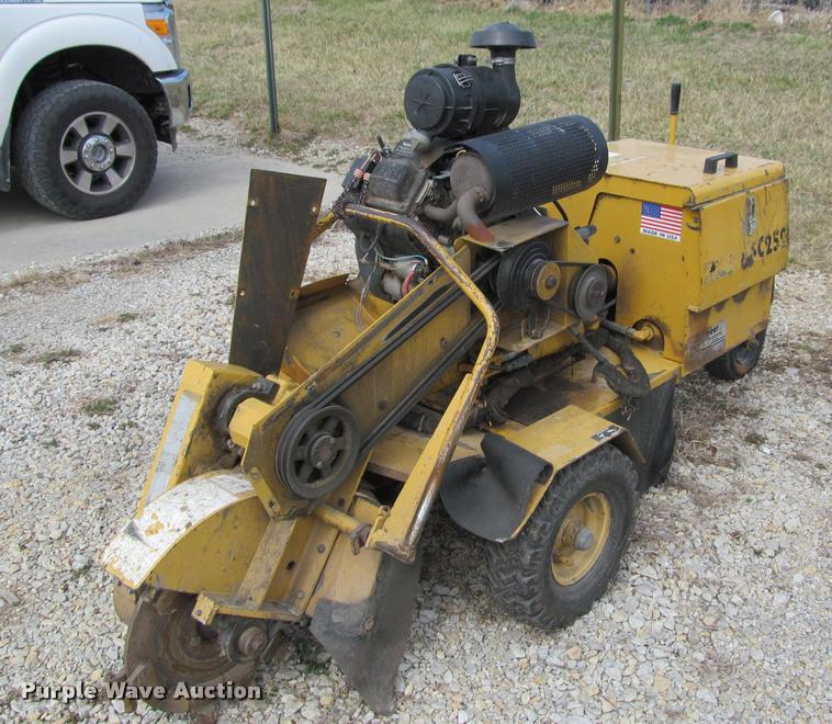 What are some features of the Vermeer SC252 stump grinder?
