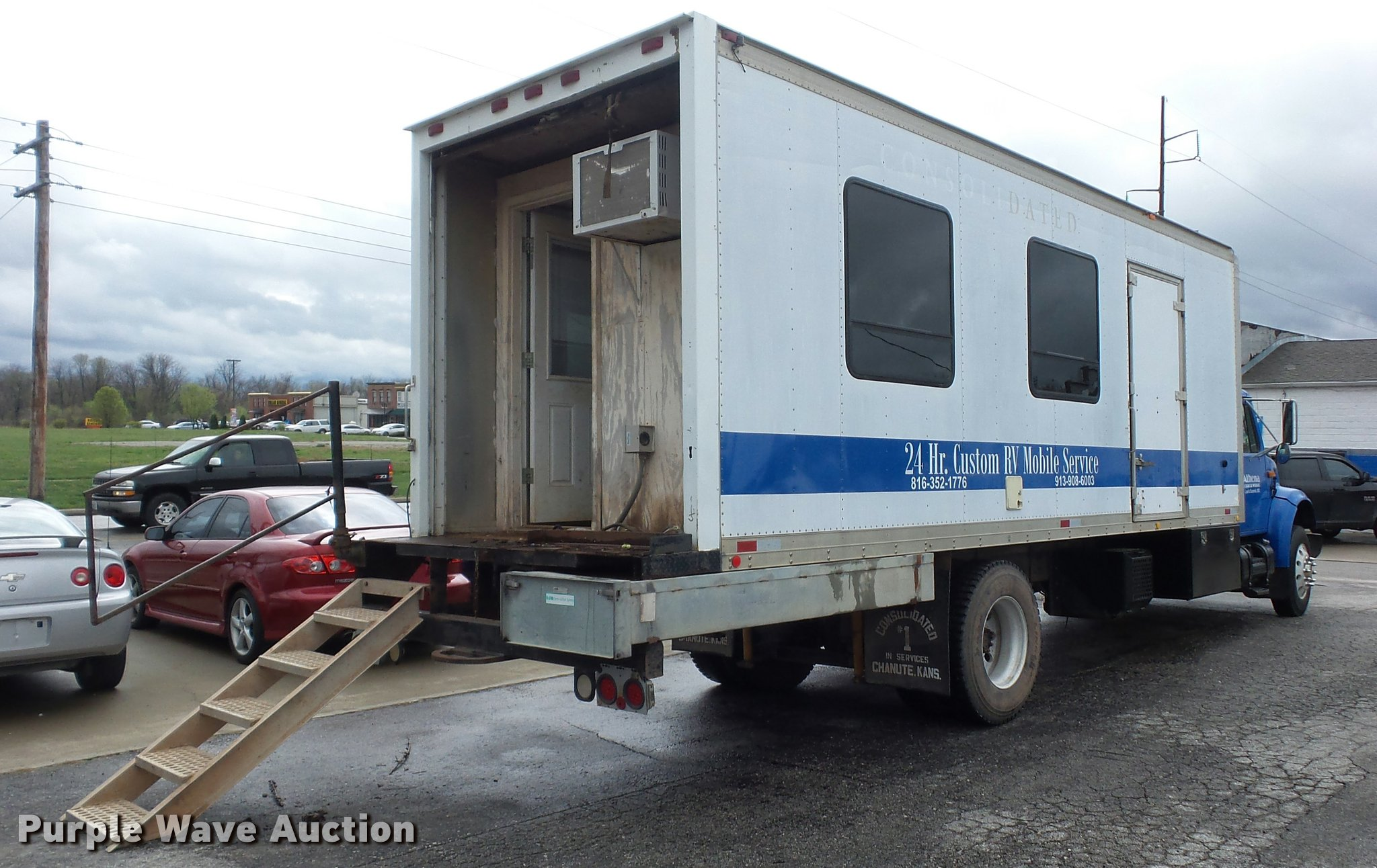 2001 International 4700 mobile office truck with generator