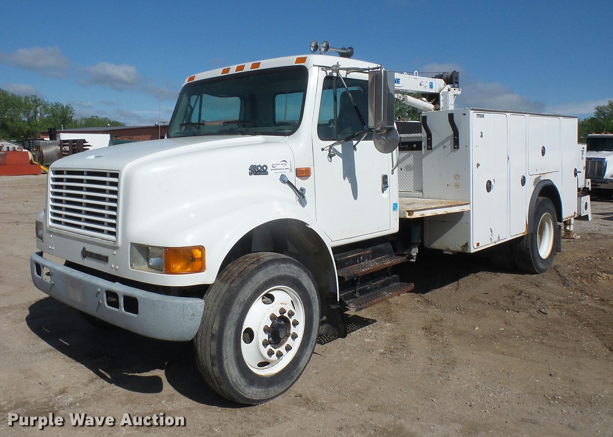DA8107 image for item DA8107 1999 International 4900 service truck ...