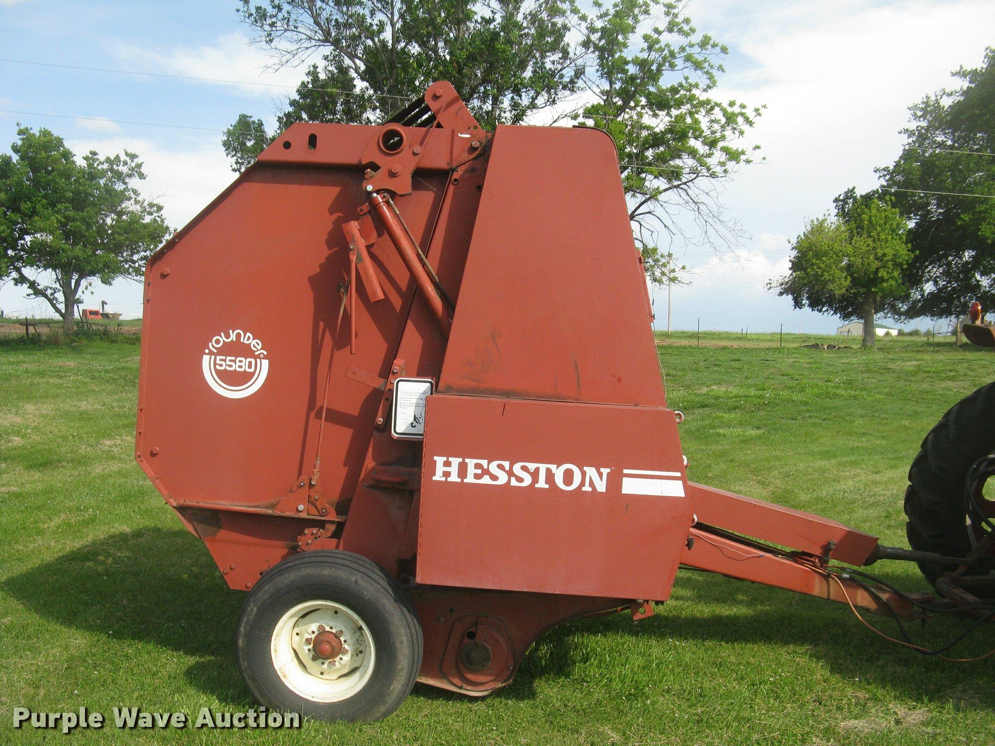 1983 Hesston 5580 round baler | Item L2331 | SOLD! June 14 A