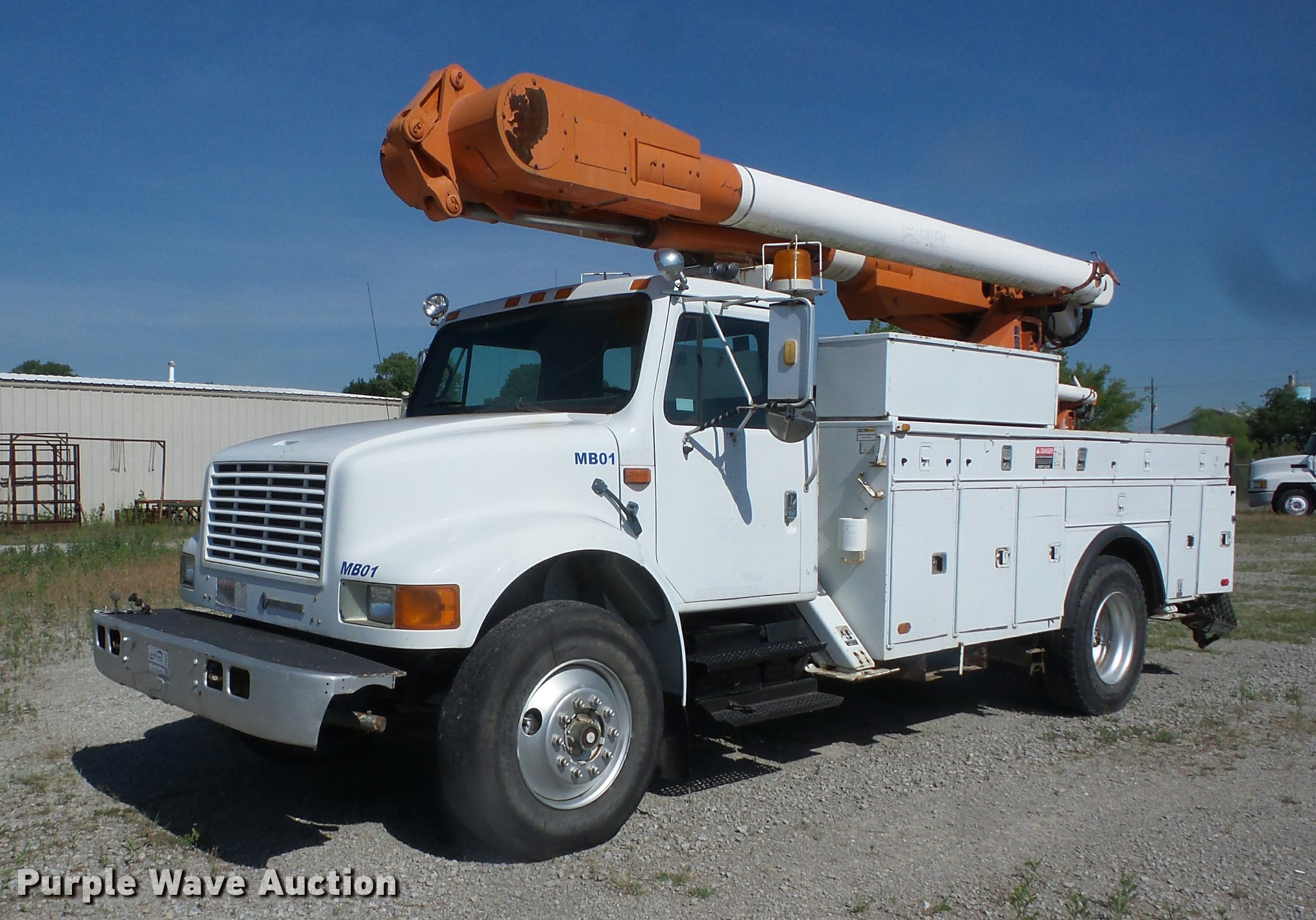 J8615 image for item J8615 1992 International 4900 bucket truck