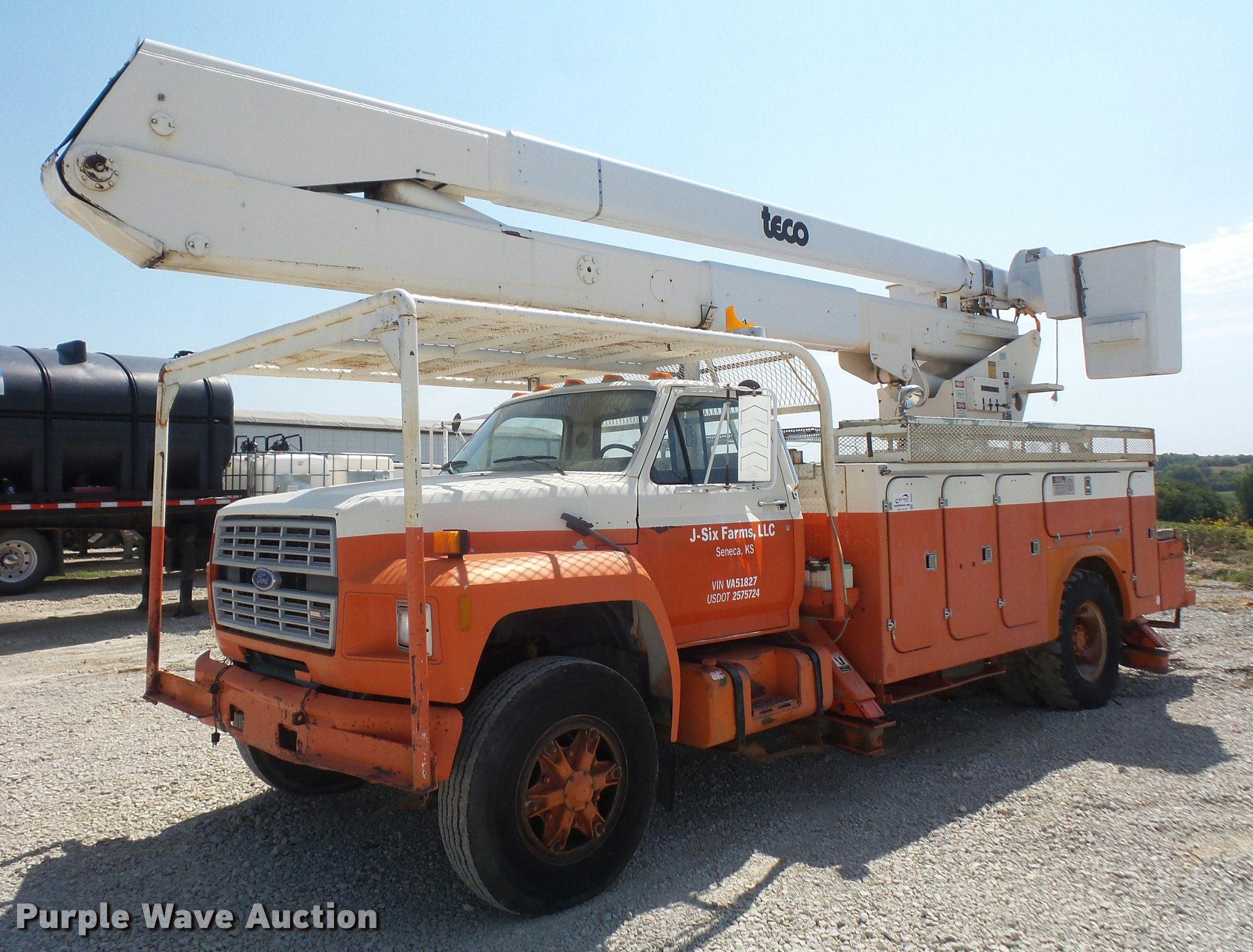 DC5356 image for item DC5356 1985 Ford F800 bucket truck