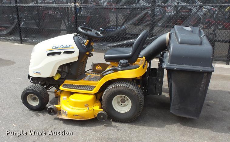 Cub Cadet LT1050 lawn mower | Item DV9704 | SOLD! May 17 Con
