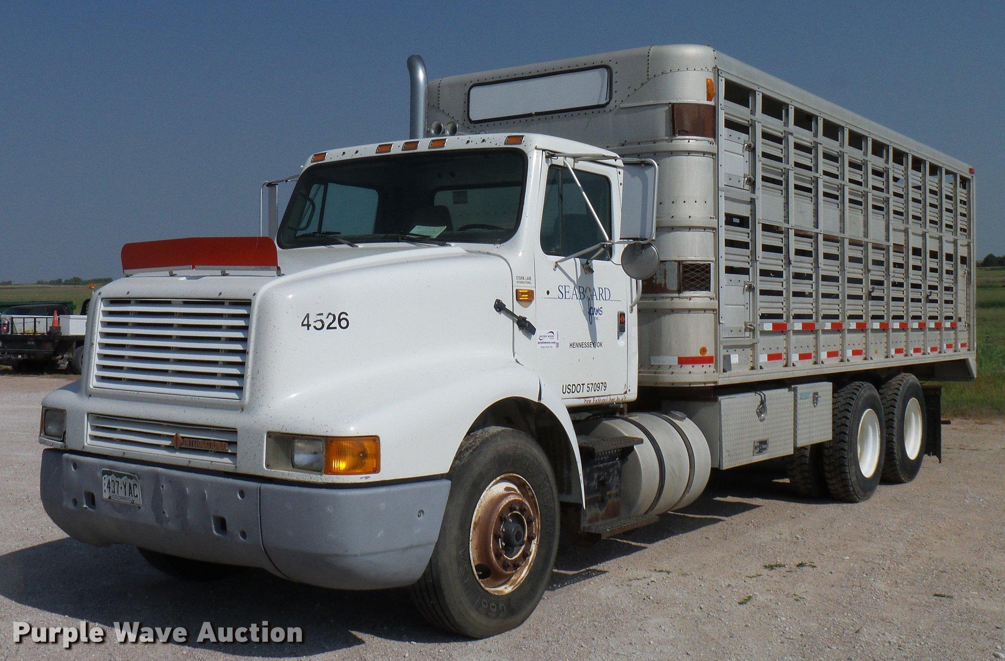 DD8377 image for item DD8377 1991 International 8200 livestock truck