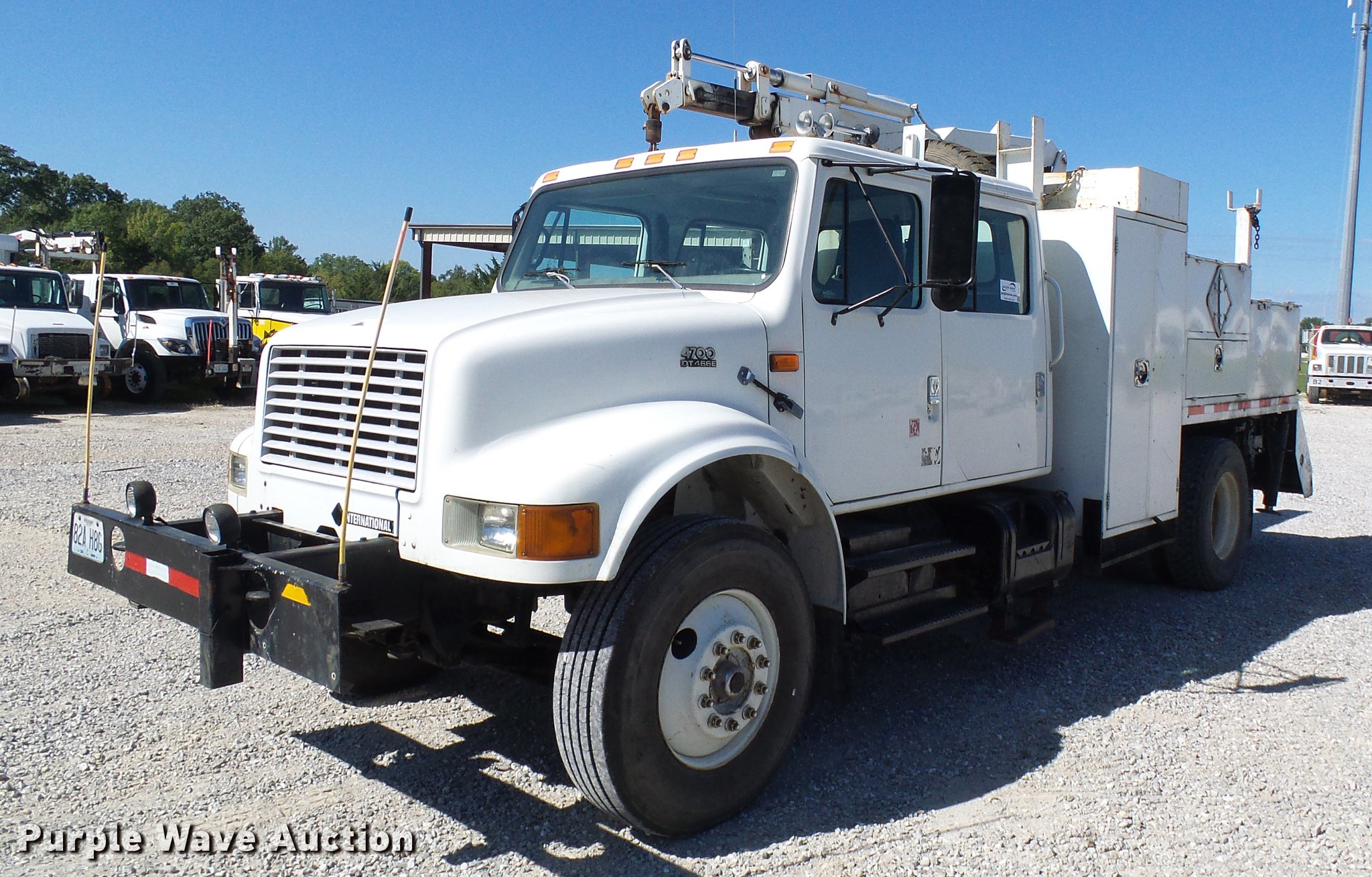 DE5219 image for item DE5219 1996 International 4900 Crew Cab service truck  ...