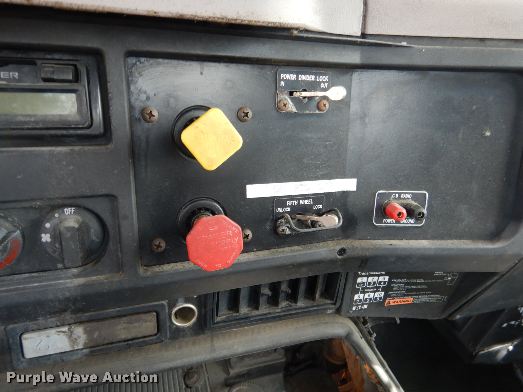 1999 International 8100 truck cab and chassis | Item DE3901